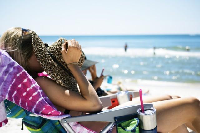 beach_lady_ocean_relaxation_sunbathing_sunny_vacation_weekend-1068804.jpg!d